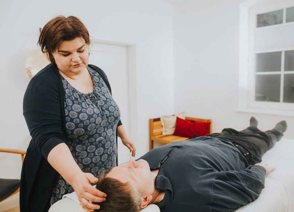 Kinesiologische Behandlung neurovaskulärer Punkte während einer Allergiebehandlung