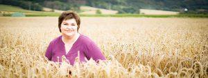 Allergiespezialistin steht in einem Weizenfeld