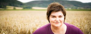Bettina Luther steht in einem Weizenfeld